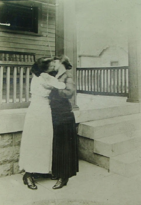Откровенные чувства пары из начала XX века.