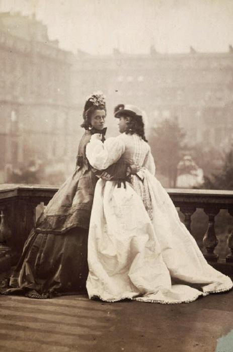 Изабелла Грейс и Элизабет Флоренция на балконе, Лондон, 1862 год.