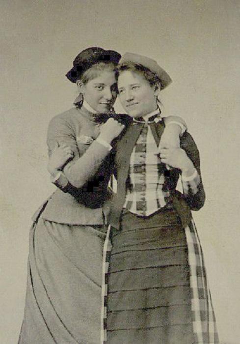 Студентки массачусетского женского колледжа Mount Holyoke: Китти Эли (слева), выпуск 1887 г. и Хелен Эмор, выпуск 1889.