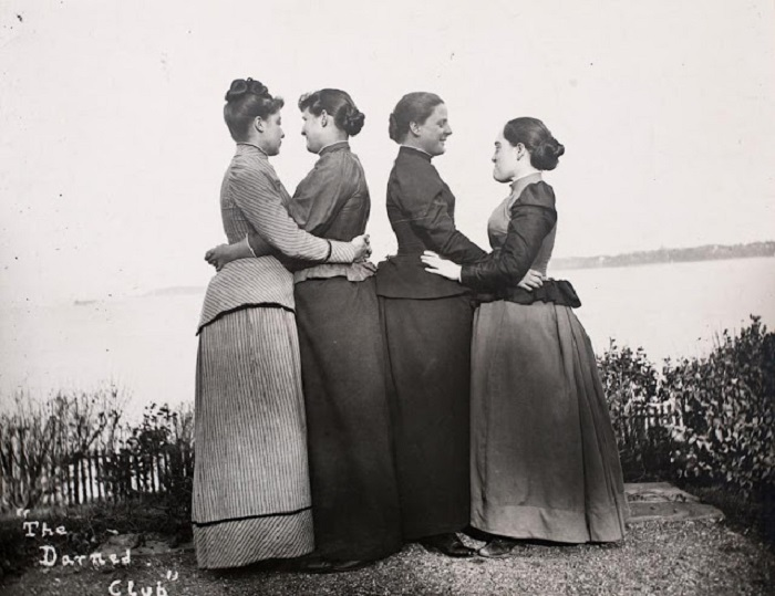 Члены феминистского женского клуба «The Darned Club»: Алиса Остин (слева), Труды Экклстон, Юлия Марш, и Сью Рипли.