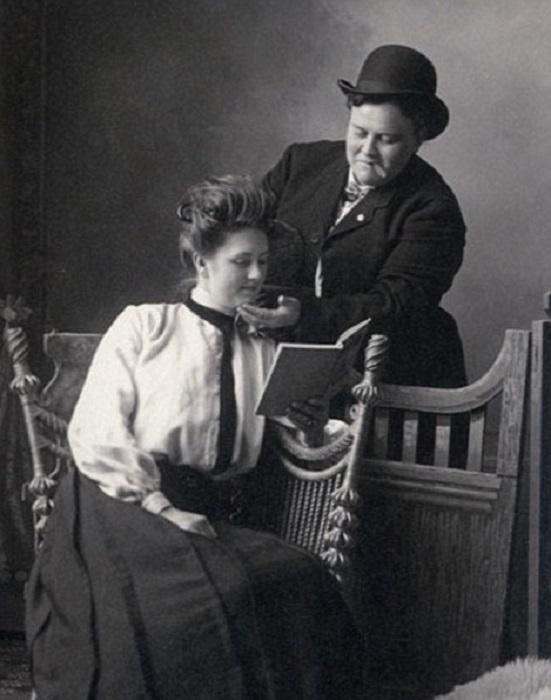 Анна Мур и Элси Дейл позируют фотографу в 1900 году.