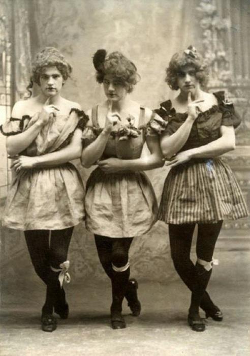 Эти платья слишком коротки для порядочной женщины викторианской эпохи, но на снимке мужчины.