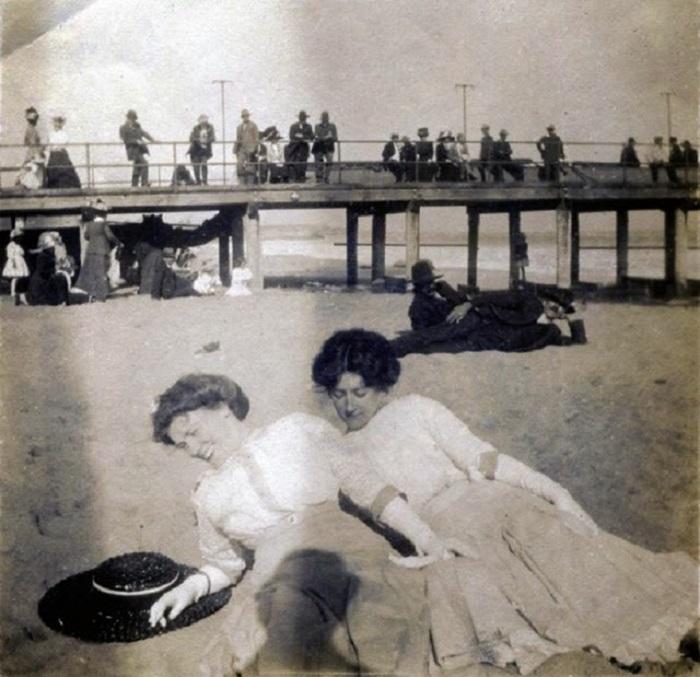 Девушки викторианской эпохи отдыхают на пляже.