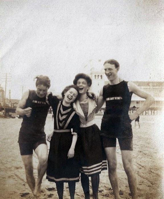 Молодые люди веселятся на пляже.
