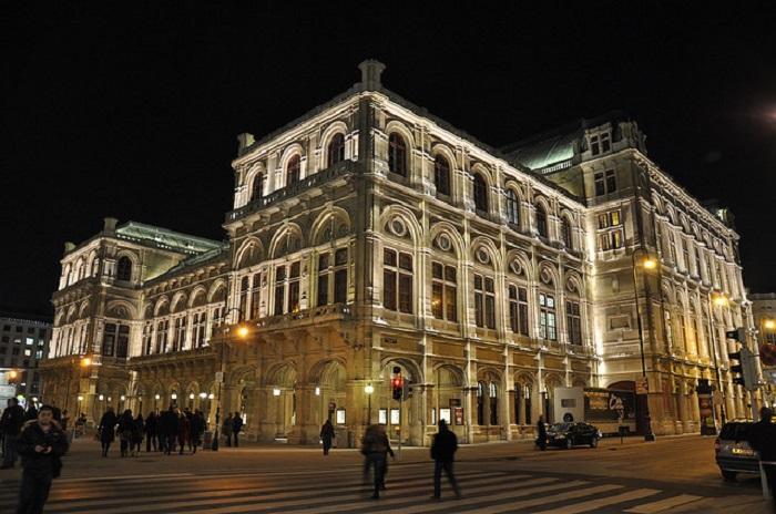 Самый крупный оперный театр в Австрии.