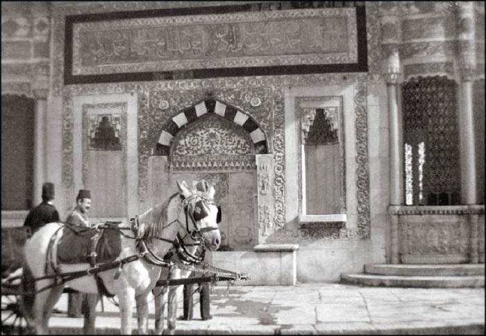 Колодец, который является памятником архитектуры. Константинополь, 1903 год.