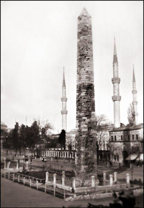Римская триумфальная колонна, расположенная на площади Чемберлиташ.