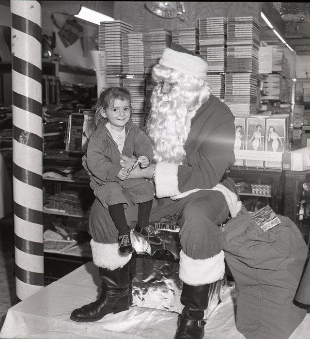 Посидеть на коленях у дедушки и получить подарок - это заветная мечта любого ребенка в канун Рождества.