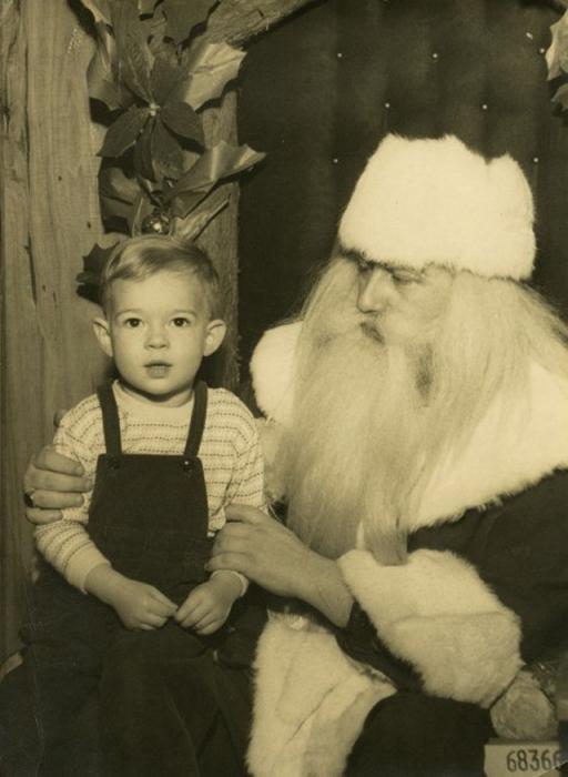 Счастливый и довольный мальчик, который не верит в чудеса, наконец то дождался веселого Санту.