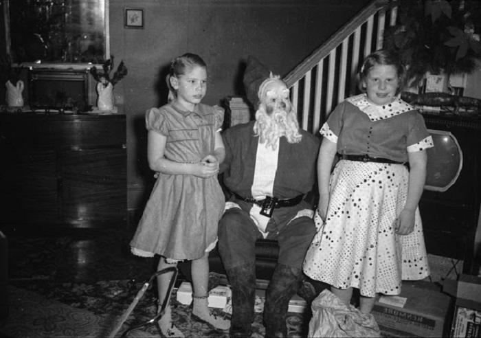 Санта Клаус в Сочельник разносит подарки для детей по домам.
