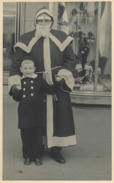 Похоже, что мальчик совсем даже и не испугался суворого взгляда дедугана.