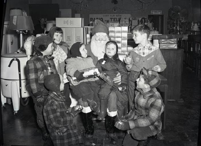 Традиционно Санта-Клаус выслушивал пожелания всех детей, которые к нему приходили.