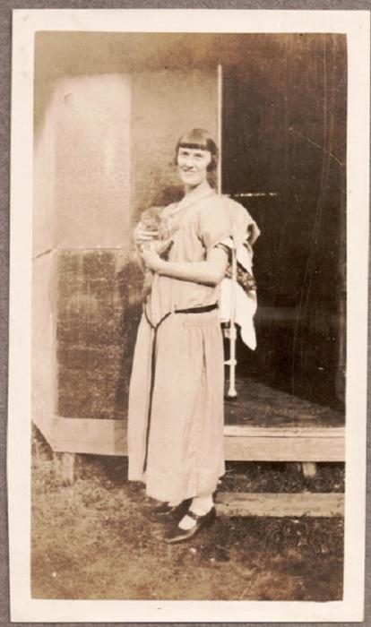 Женщина с маленьким котёнком.