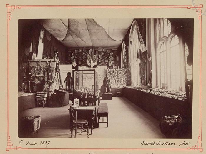 Снимок путешественника, который помогает представить предметы использования, одежду и весь быт в историческом аспекте.
