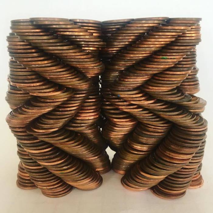 Громоздкая, но отлично сбалансированная и сложная фигура из монет.