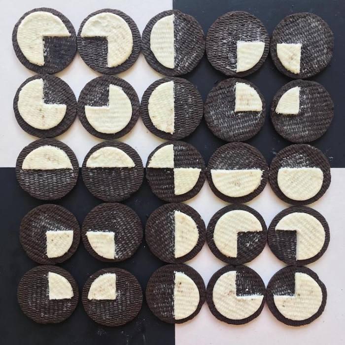 Эстетичный узор из разделенных половинок печенья «Оrео».