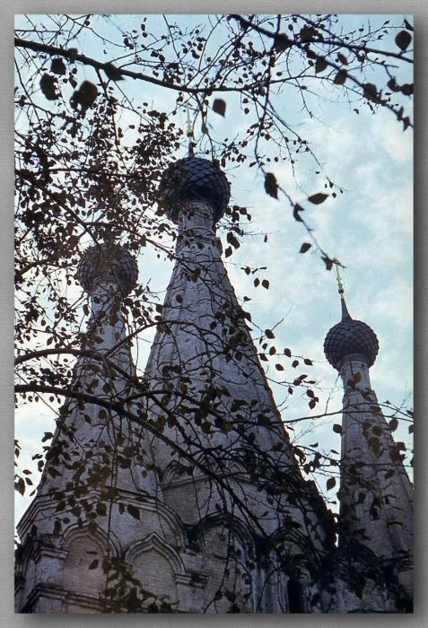 Храм-памятник погибшим угличанам, торжественный и скорбный.