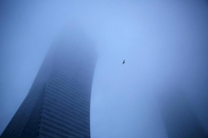 Небоскрёб окутанный густым туманом. Фотограф Каспер Пемпел (Kacper Pempel).