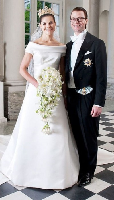 Виктория смотрится очень счастливой в платье от местного дизайнера Pаr Engsheden с фатой, длиной более пяти метров.