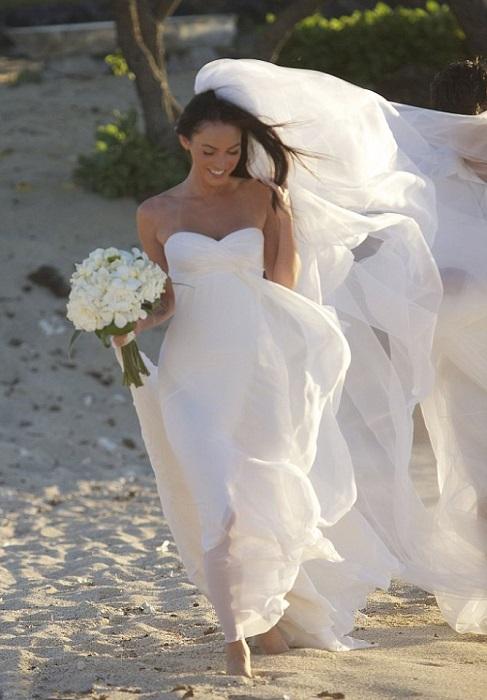 Одна из самых красивых женщин Голливуда актриса Меган выходила замуж на пляже в белоснежном платье от Armani Privе.