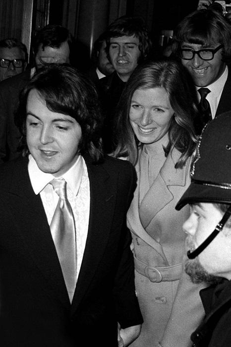 Девушки по всем миру рыдали горькими слезами, когда самый популярный битл Пол женился на американке Линде Истман.