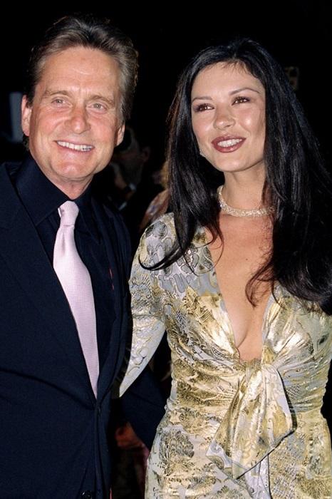 Майкл в очередной раз женился, поэтому было принято решение, что Кетрин Зета Джонс будет без белого платья невесты.