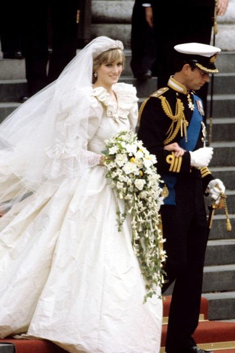 Когда Принцесса Диана выходила замуж за принца Чарльза ее назвали современной Золушкой.