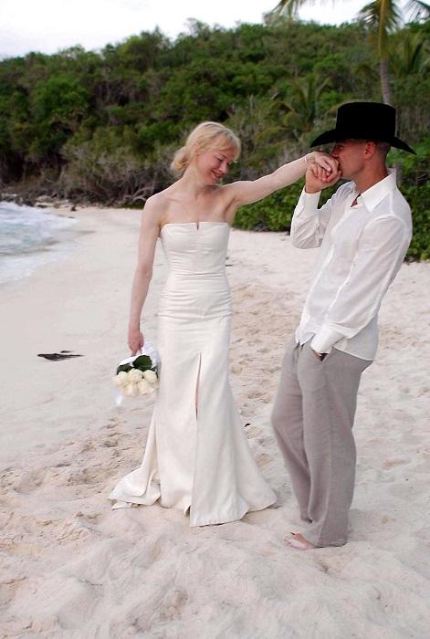 Церемония бракосочетания состоялась на пляже, невеста была в платье от Carolina Herrera.
