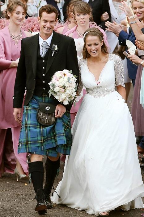 Невеста невероятно хороша в шелковом платье от Jenny Packham.