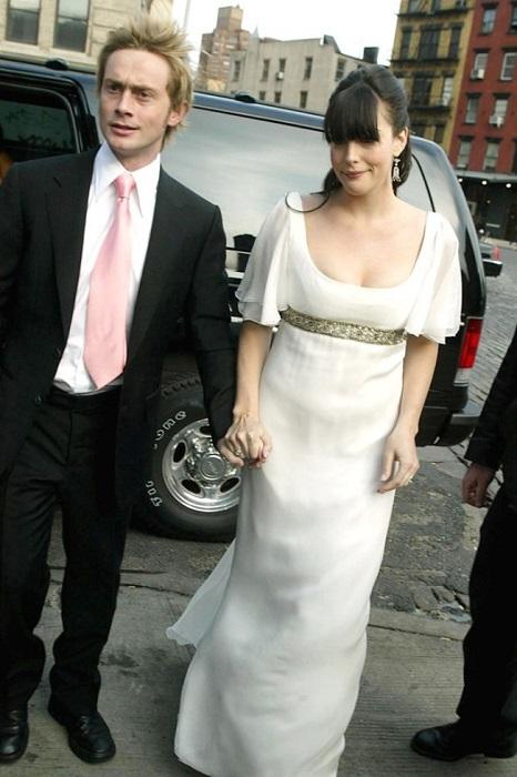 Невеста в обворожительном платье от Alexander McQueen.