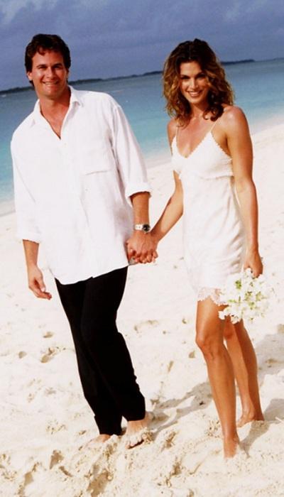 Синди выходила замуж на пляже, и однозначно, в самом уникальном свадебном платье за всю историю - ночная рубашка от John Galliano.