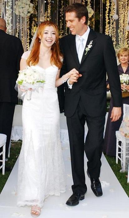 Молодежная звезда сериалов «Бафии – истребительница вампиров» и «Как я встретил вашу маму» Элисон вышла замуж за Алексиса Денисофа в платье от Chantilly lace.