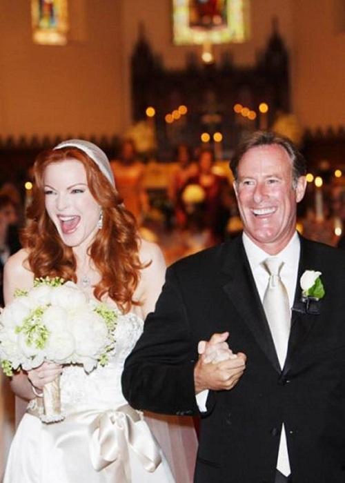 Звезда сериала «Отчаянные домохозяйки» Марша вышла замуж в Калифорнии за Тома в открытом платье от Reem Acra.