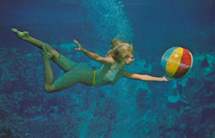 Акробатические трюки с мячом под водой.