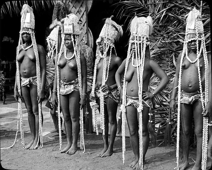 Женщины в национальных костюмах во время исполнения ритуального танца.