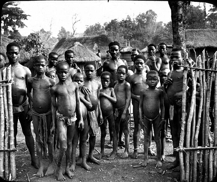 Аборигены перед забором.