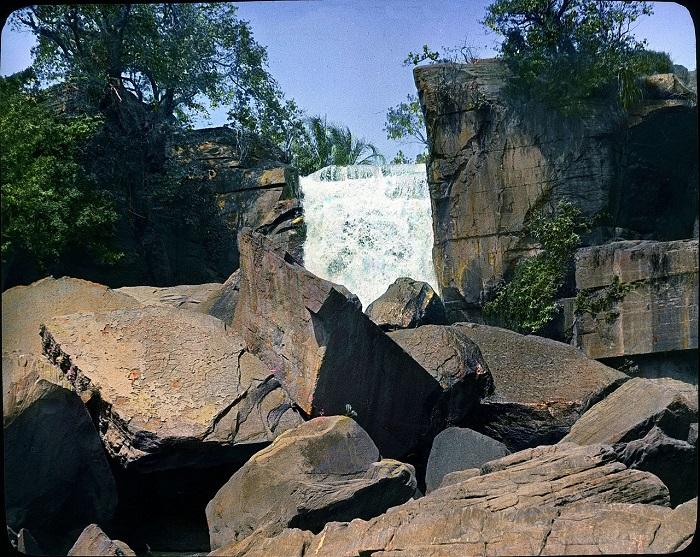 Республика Верхняя Вольта(ныне Буркина-Фасо), славится своими водопадами.