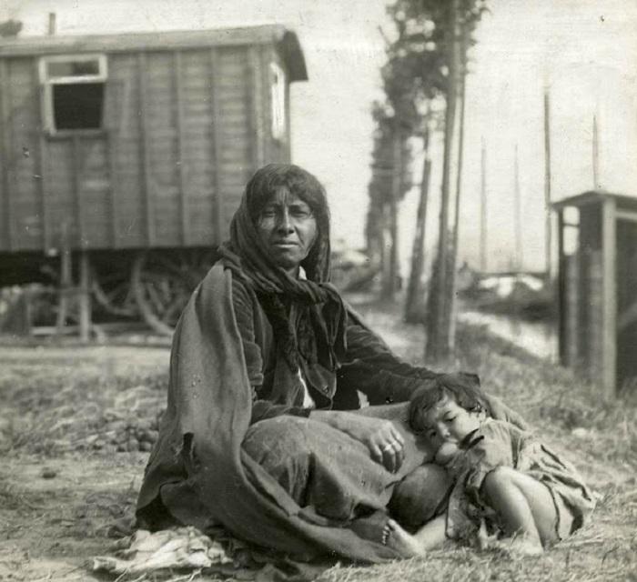 Мать с ребёнком на территории цыганского табора в 1917 году.
