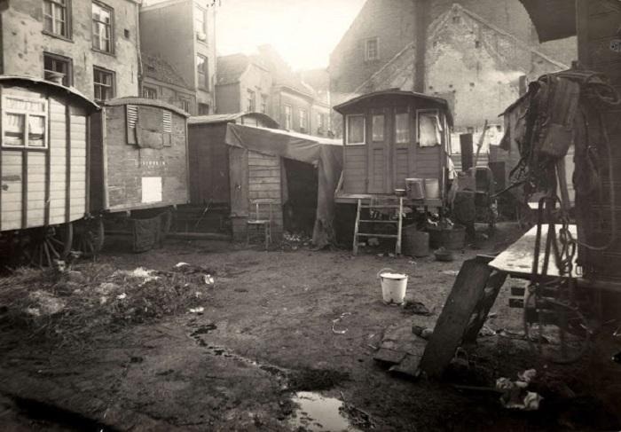 Грязь и бедность в цыганском таборе возле Арнема в 1923 году.
