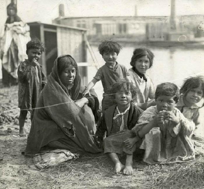 Мать с пятью детьми в цыганском таборе в Амстердаме, 1917 год.