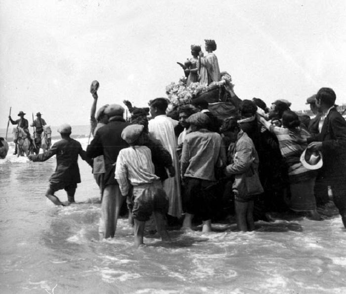 Мирное шествие цыган. Франция, Сент-Мари, 1930 год.