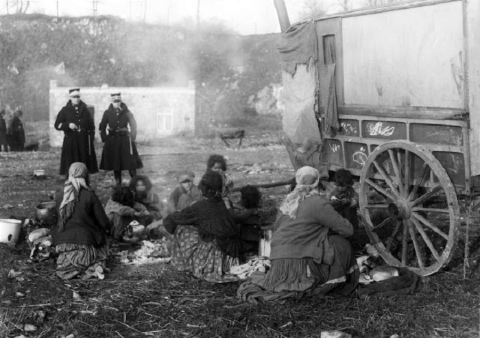 Бельгийские полицейские в цыганском таборе, 1928 год.