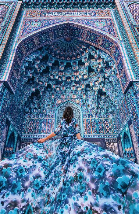 Айгуль в шикарном платье, сочетающимся с фоном сотового свода портала Соборной мечети Санкт-Петербурга, Россия.