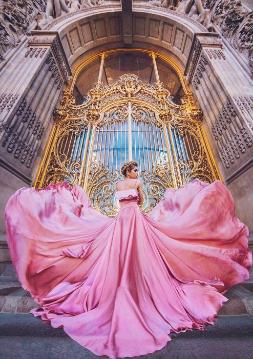 Вера Брежнева в элегантном розовом платье из мокрого шелка на фоне Малого дворца в Париже, Франция.