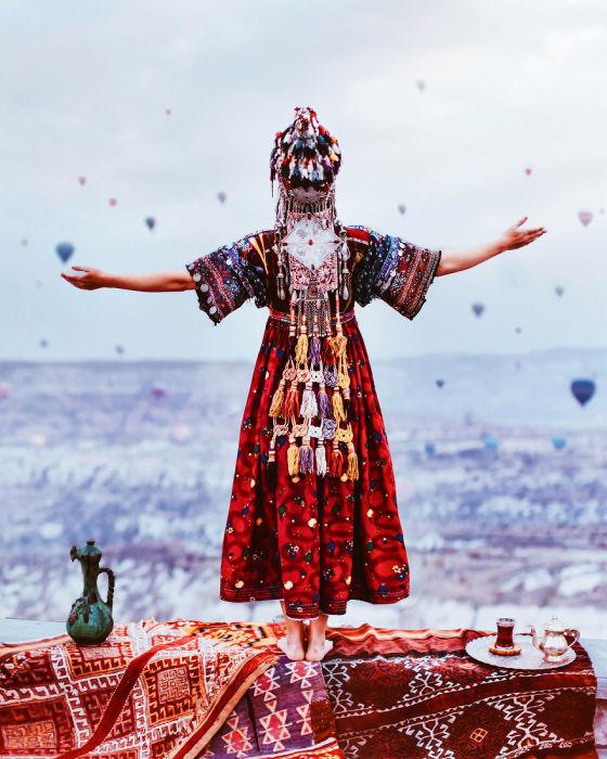 Модель в уникальном платье ручной работы на фоне колоритной Каппадокии, Турция.