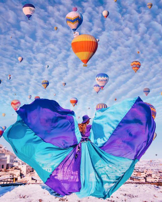 Утонченная Нина в легчайшем  ярком платье на фоне удивительного неба Каппадокии, Турция.