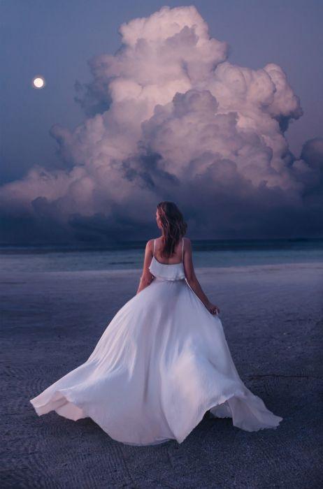 Обворожительная Анастасия в развевающемся белом платье на песчаном побережье острова Финолу, Мальдивы.