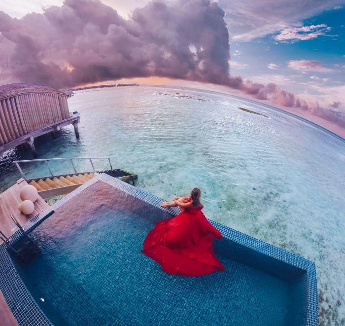 Анастасия в невероятном ярко-красном платье выглядит фантастически на фоне пейзажа острова Финолу, Мальдивы.