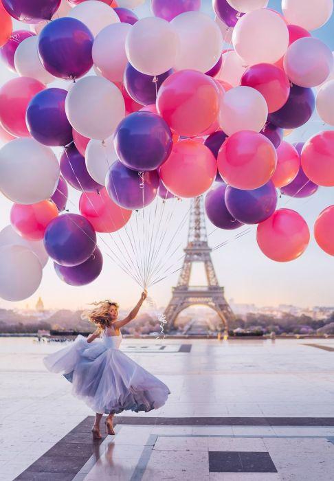 Удивительно красивая Вера Брежнева в прекрасном свадебном платье на фоне Эйфелевой башни в Париже, Франция.