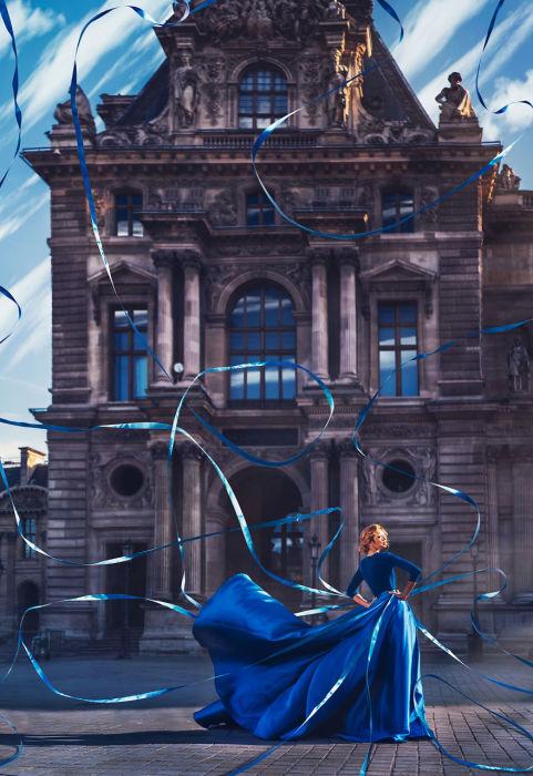 Вера Брежнева в изумительном синем платье на фоне самого популярного художественного музея мира – парижского Лувра, Франция.